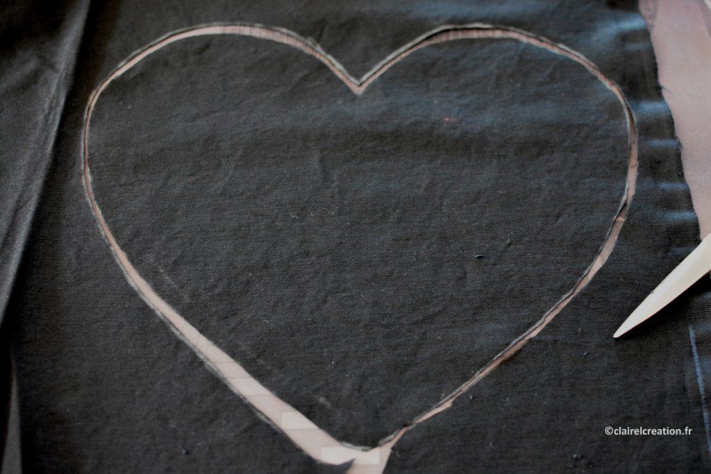 Coupe du deuxième coupon de tissu en forme de coeur