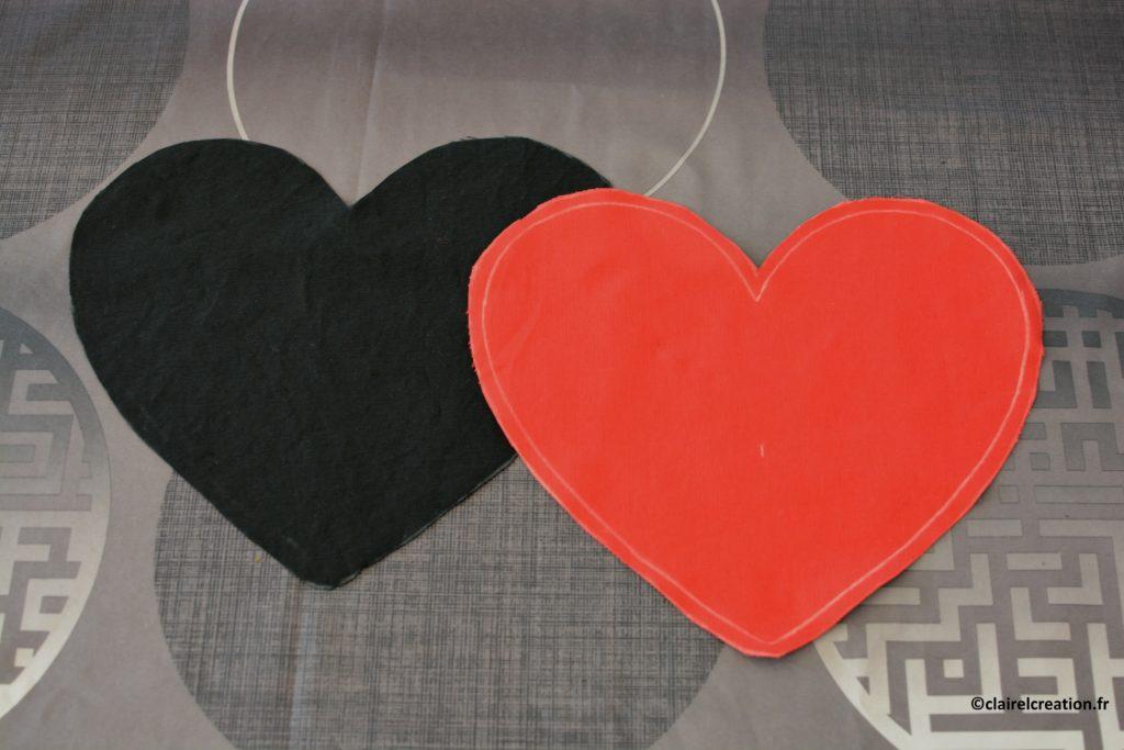 Deux coupons de tissu en forme de coeur avant décoration puis assemblage