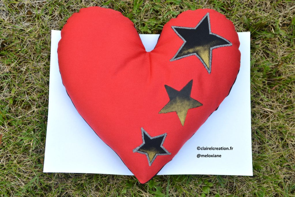 Coudre un coeur plus grand qu'une feuille A4, avec un gabarit imprimé sur une feuille A4 ! Face rouge
