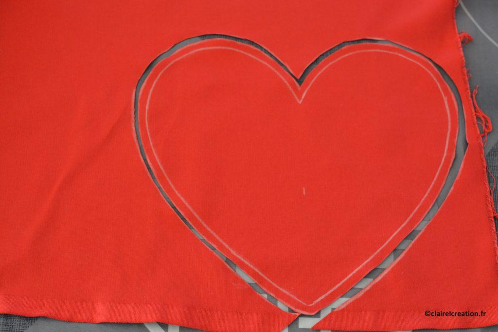 Coupe du premier coupon de tissu en forme de coeur