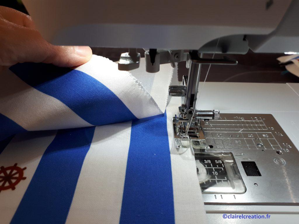 Sac pochon: préparation pose du passepoil, surfilage du bord bas du tissu du haut.
