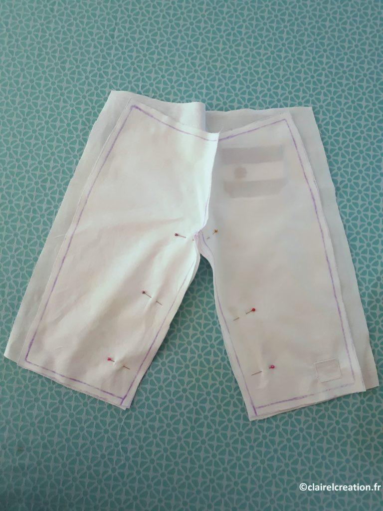 Positionnement des demi-pantalons pour assemblage de l'entrejambe, prolongation de la ligne de couture