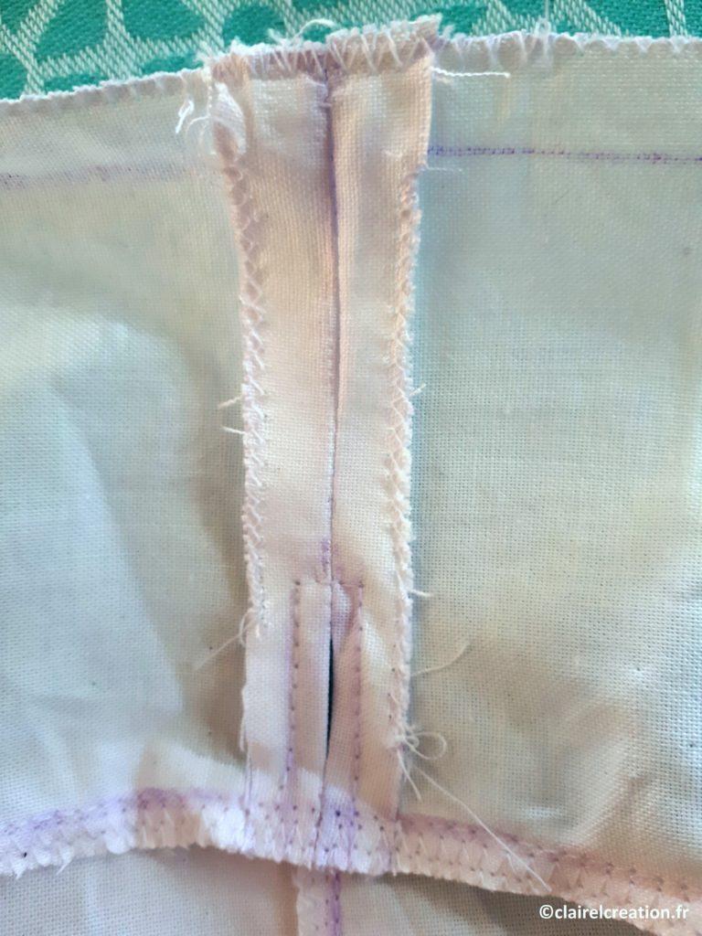 Surfilé de côté non cousu de la ceinture au point zigzag (en haut de l'image)