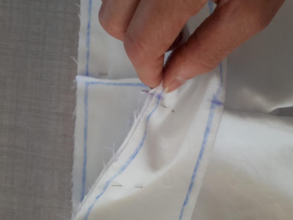 Bien aligner les marques centrales avant et arrière de la ceinture avec la fourche