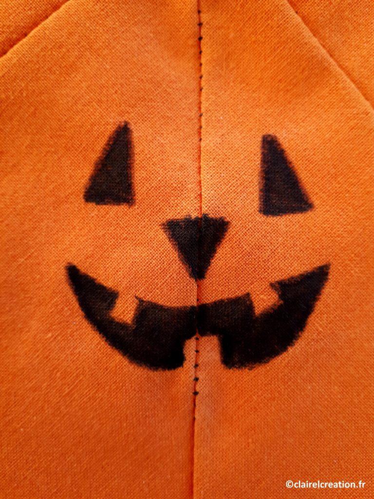 Finition du dessin du visage de la citrouille d'Halloween