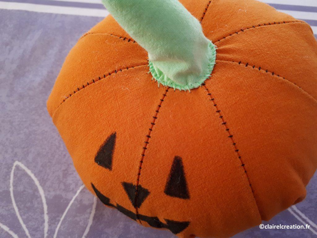 Queue cousue sur la citrouille d'Halloween