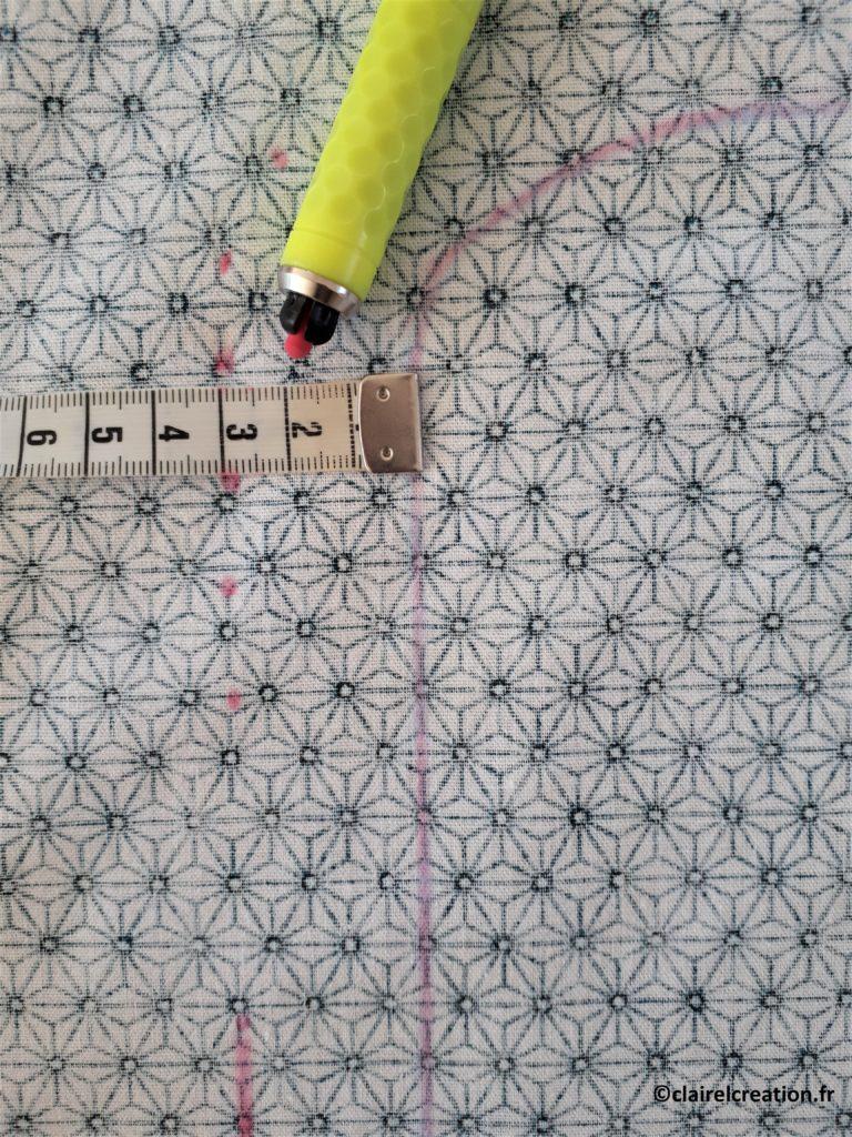 Couvercle en tissu : traçage de la ligne de coupe à 3 cm du traçage du plat