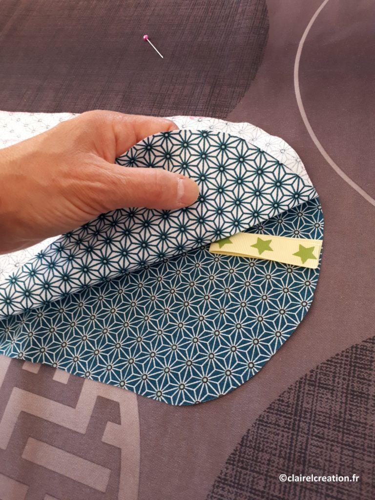 Couvercle en tissu : positionnement du ruban plié, entre les deux coupons de tissu