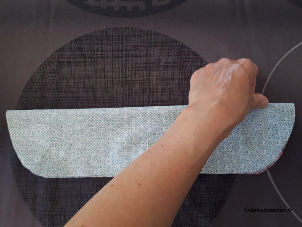 Couvercle en tissu : pliage du tissu pour marquer le milieu à l'extrémité, afin de positionner au mieux le ruban