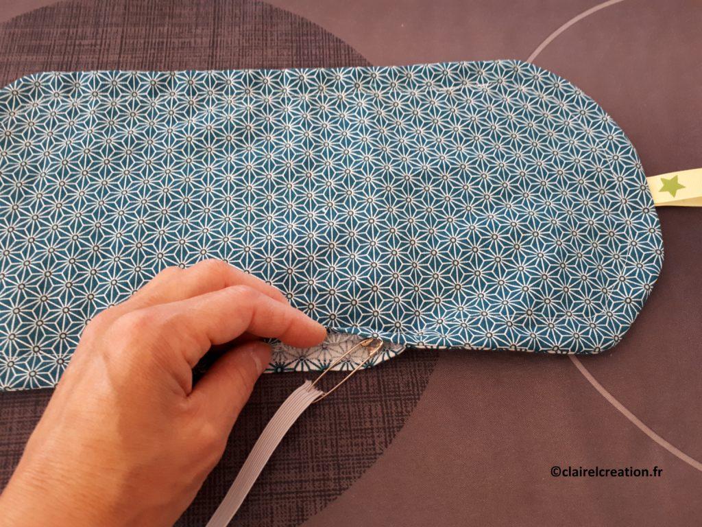 Couvercle en tissu : enfilage de l'élastique, par l'ouverture qui a servi au retournement, avec l'aide de l'épingle à nourice (en poussant le tissu sur l'épingle)