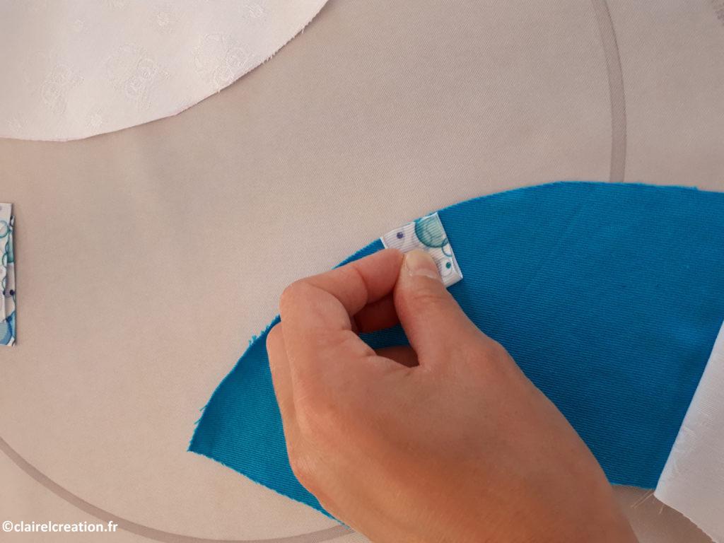 Positionnement du ruban sur l'endroit du tissu