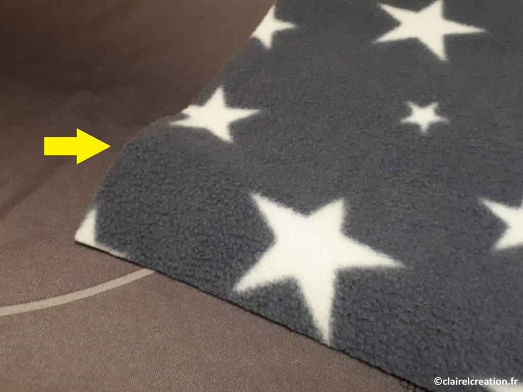 Pour trouver l'envers et l'endroit du tissu polaire, courbure des bords brutes du tissu