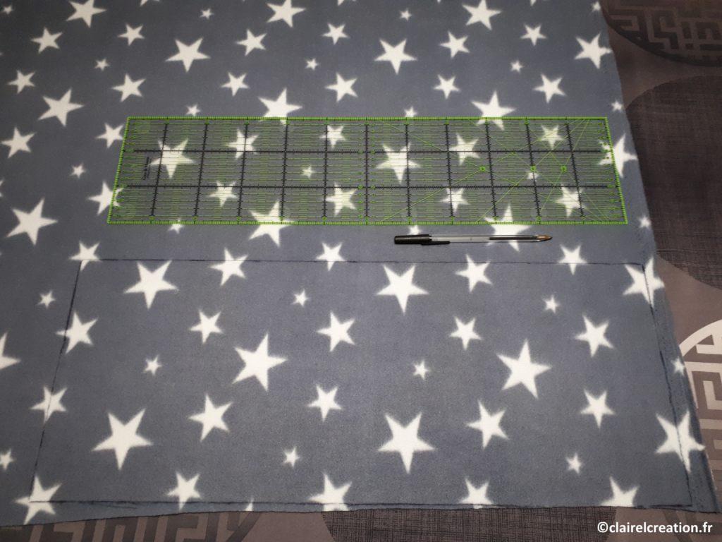 Découpe des coupons du tour de cou : sur l'envers, tracer un rectangle de 25 cm x (tour de tête + 5 cm)