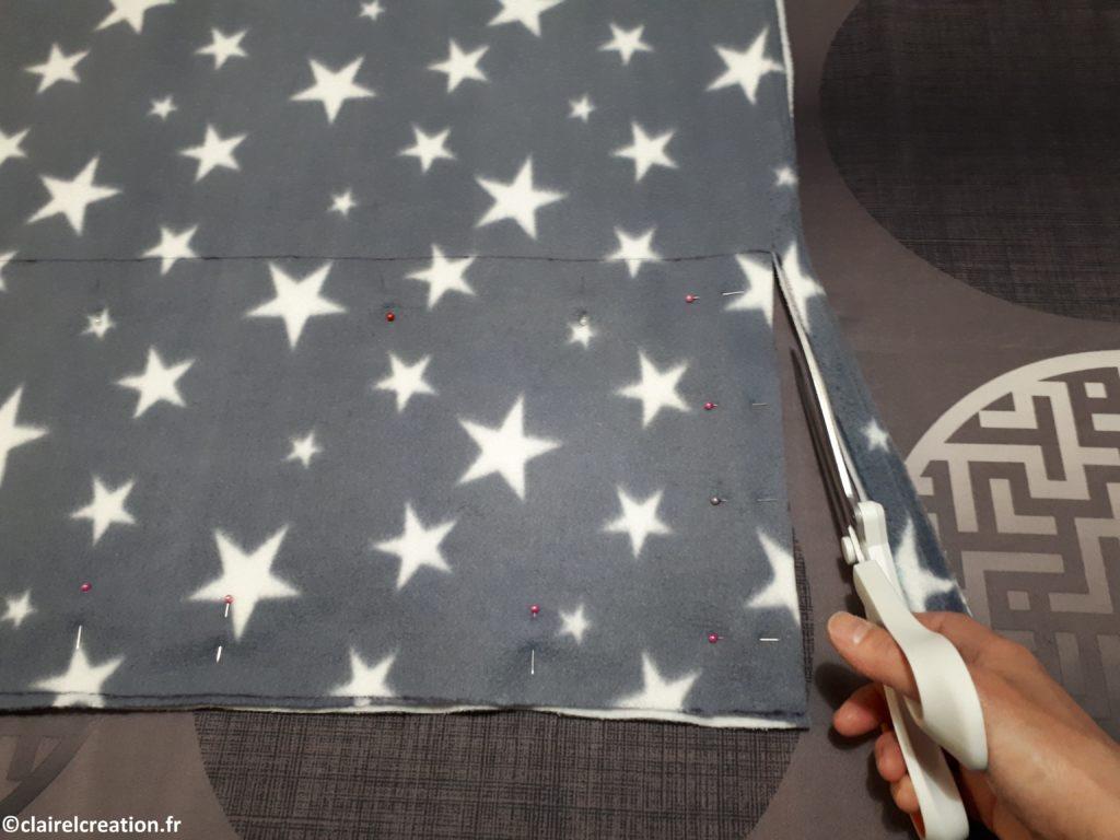 Couper les deux tissus épinglés, en suivant la ligne de coupe du rectangle