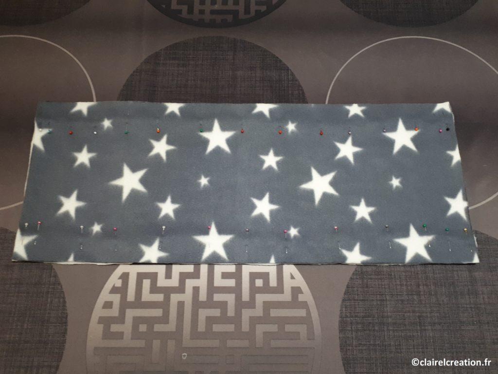 Premier assemblage du tour de cou : épingler les 2 tissus, endroit contre endroit,, à 3 cm du bord, sur toute la longueur, en haut et en bas