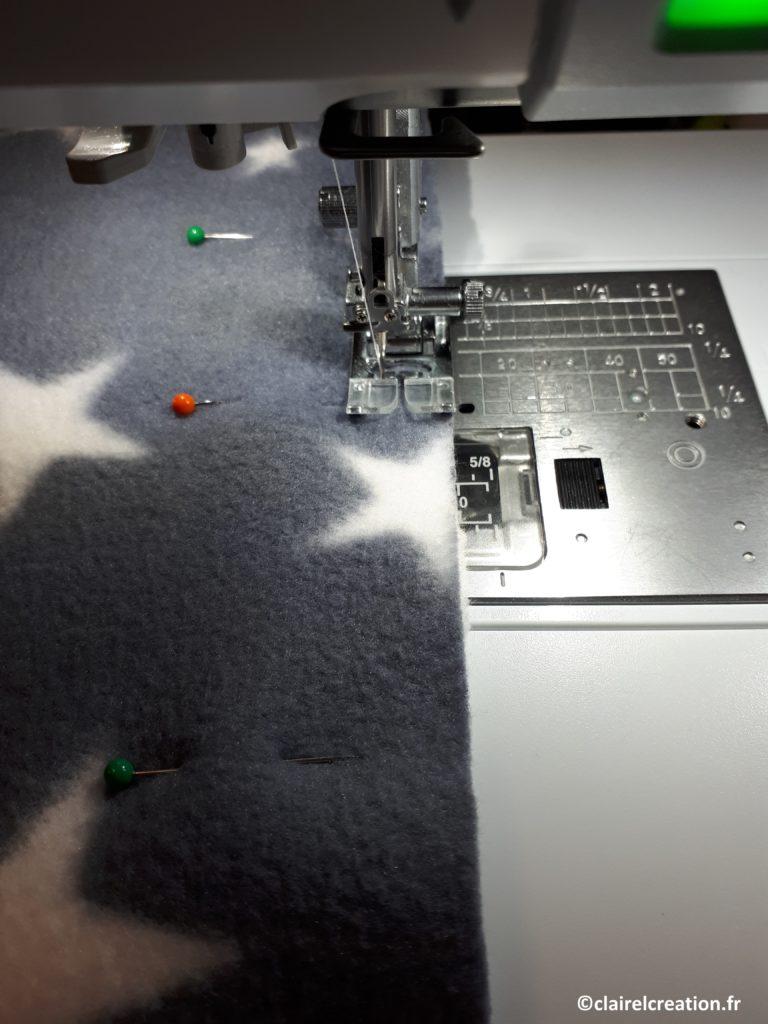 Premier assemblage du tour de cou : assemblage des tissus au point élastique (ou au point zigzag). Couture à 1 cm du bord