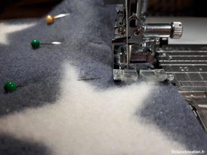 Piquer les aiguilles, au bord, de façon à pouvoir coudre sans géner le pied de biche de la machine à coudre