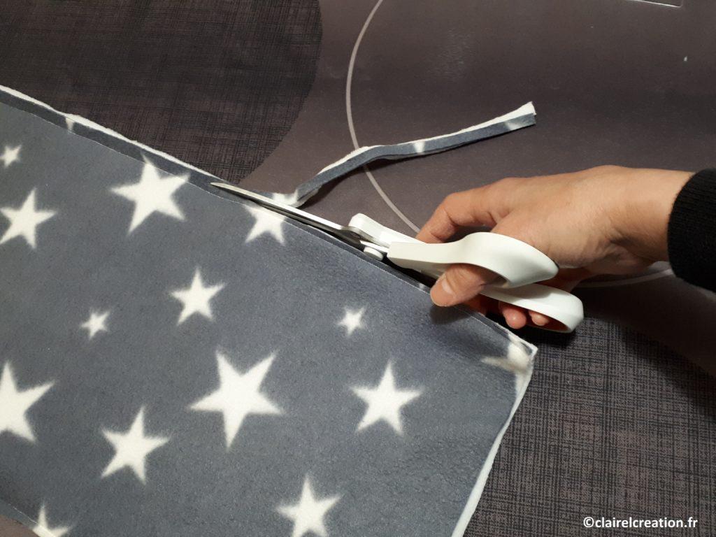 couper le surplus de tissu, des deux côté, à environ 0,5 cm de la couture