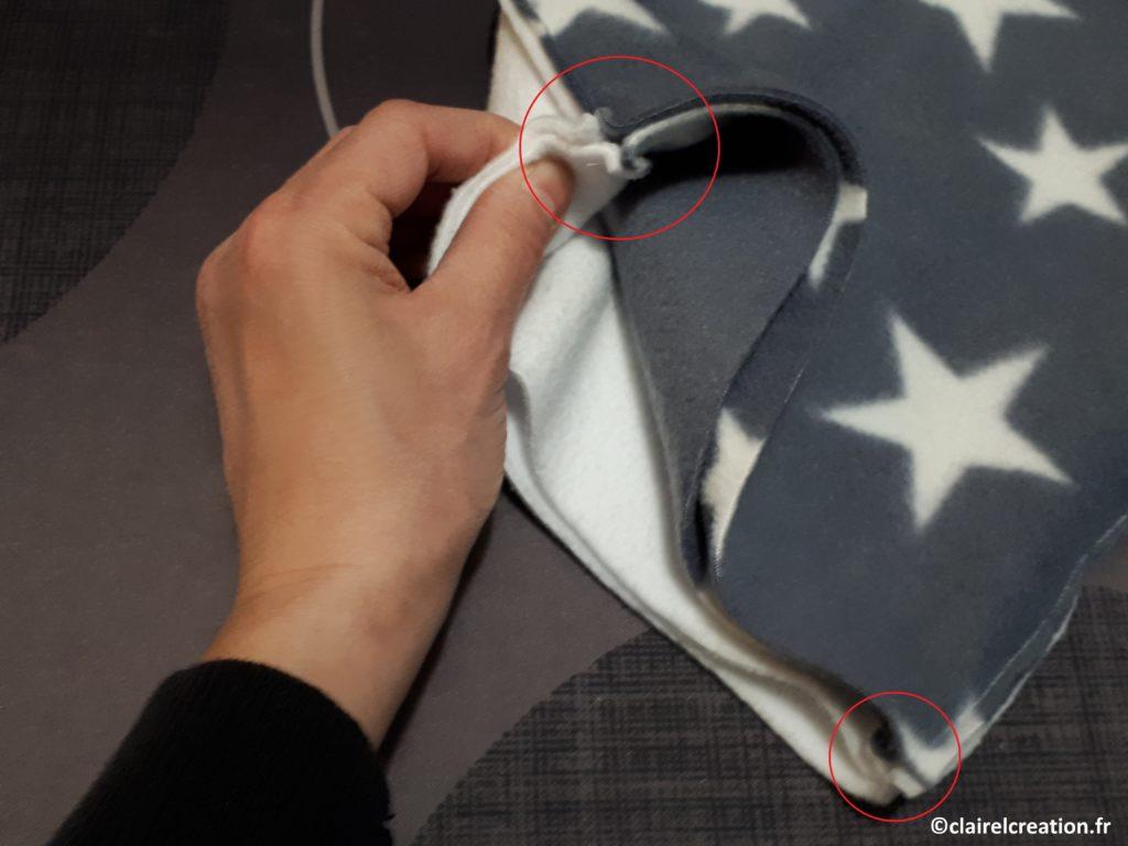 Bien aligner les bords et les coutures du premier assemblage des deux tissus