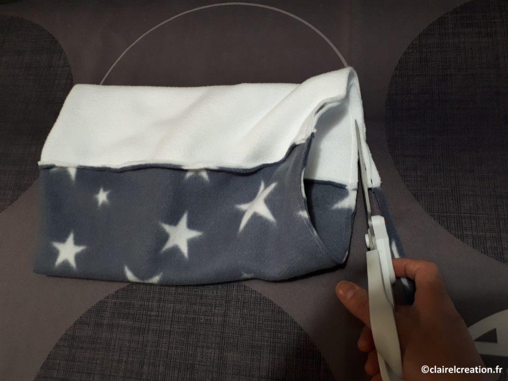 Couper le surplus de tissu à environ 0,5 cm de la couture