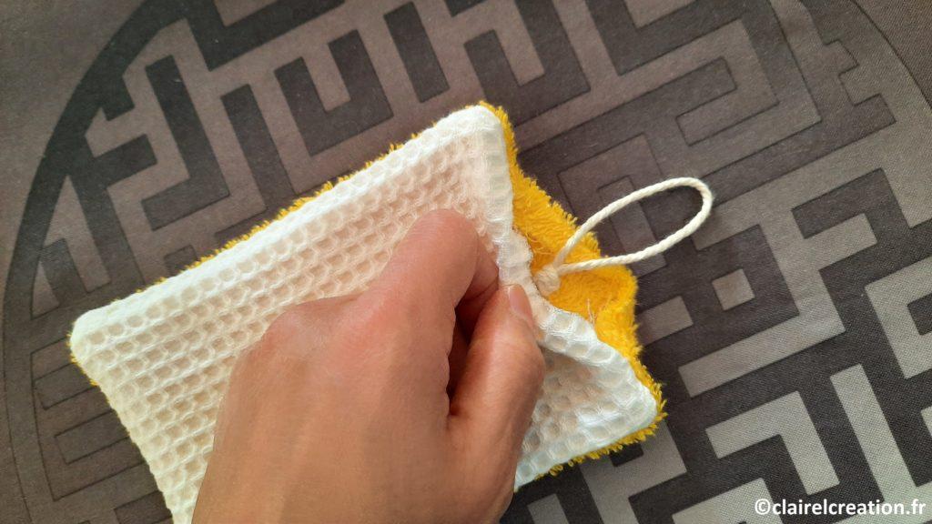 Positionnement du cordon de coton avant assemblage final de l'éponge lavable
