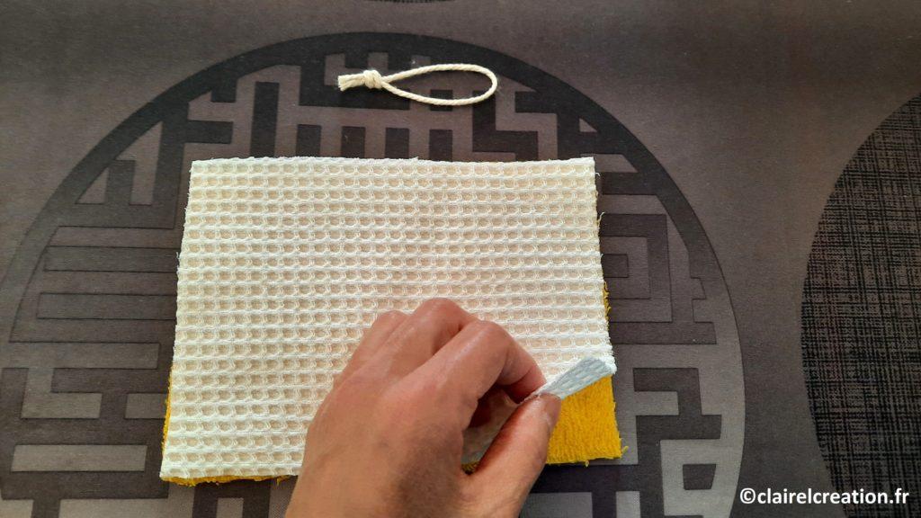 Positionnement du tissu éponge nid d'abeille sur le tissu éponge
